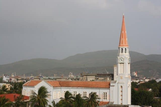Tháp nhọn của Nhà thờ là một điểm nhấn đặc biệt (Ảnh ST)