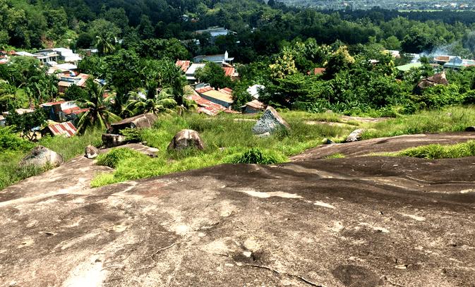 Quần thể núi đá nằm giữa khu dân cư
