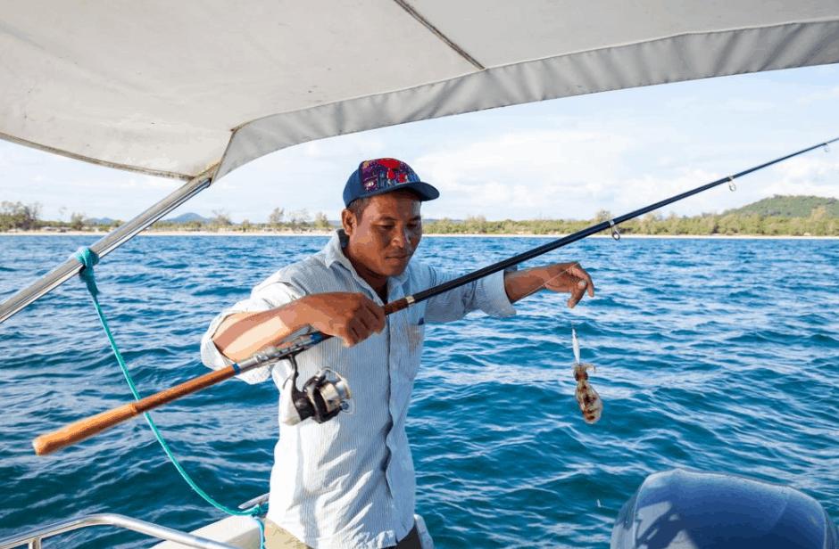 Tham gia vào các hoạt động câu cá trên biển