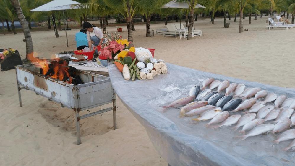 Thưởng thức hải sản tươi ngon tại bãi biển
