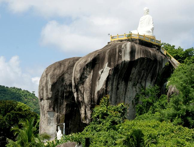 Trên đỉnh núi đá Voi có tượng Phật Thích Ca