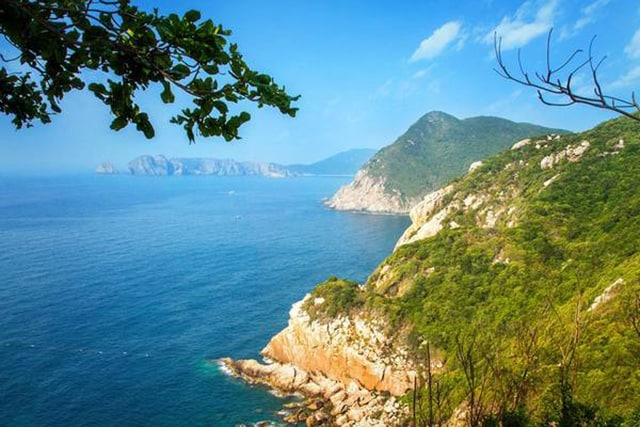 Từ ngọn hải đăng bạn sẽ nhìn ngắm toàn cảnh vịnh Vân Phong đẹp mê hồn (Ảnh ST)