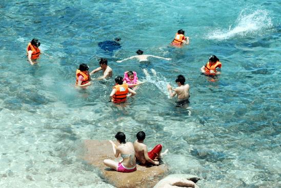 Vui chơi thỏa thích dưới biển xanh tại Hòn Thơm