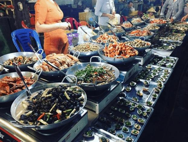 Hải sản có mặt ở khắp chợ đêm Bạch Đằng
