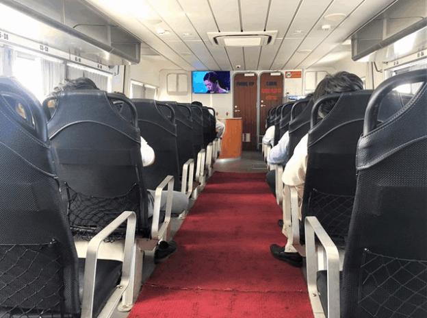 Du khách di chuyển thoái tới Phú Quốc bằng tàu cao tốc