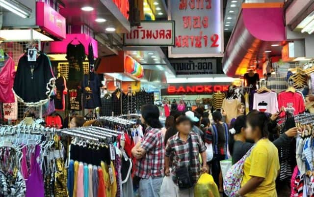 Những khu vực bán quần áo luôn tập nập người ra vào (Ảnh ST)