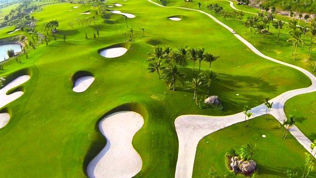 Diamond Bay Resort & Spa có sân Golf đẳng cấp quốc tế, quý khách sẽ được trải nghiệm cảm giác thư giãn, thoải mái giữa màu xanh của núi đồi, của biển cả (Ảnh ST)