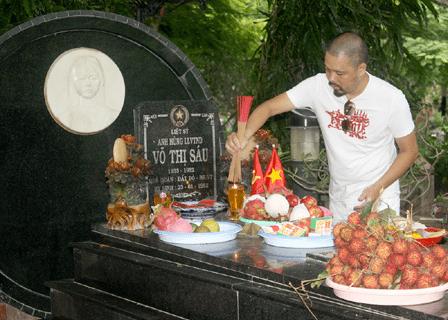 Hình ảnh NTK Đức Hùng tới viếng thăm mộ chị Sáu tại Côn Đảo