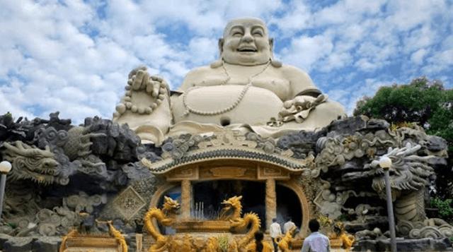 Tượng Phật Di Lặc tọa lạc trên đỉnh núi Cấm