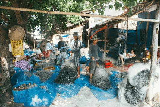 Người dân làng chài đánh bắt cá