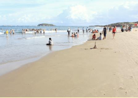 Biển ở Gành hấp dẫn đông du khách