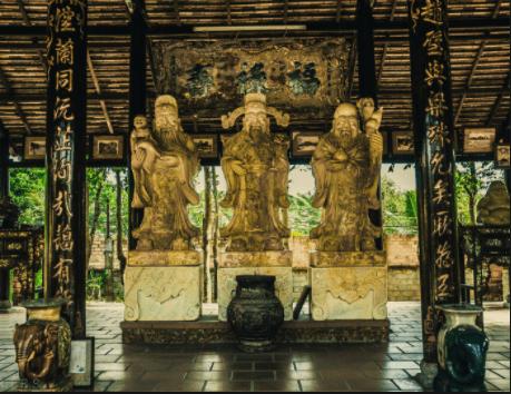Tượng 3 ông Phúc Lộc Thọ được đặt trong làng cổ