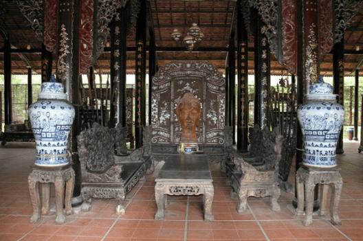 Những cổ vật quý giá được trưng bày trong những căn nhà cổ