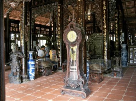 Hàng trăm cổ vật quý được đặt trong những căn nhà cổ