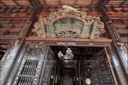 Bức hoành phi cổ sơn son thếp vàng trong một ngôi nhà cổ phục