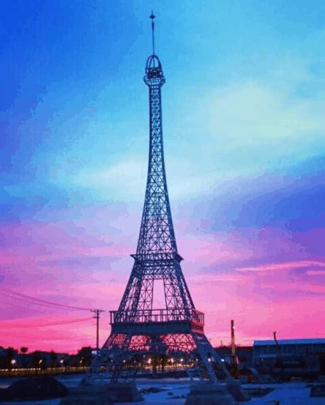 Tháp Eiffel được làm bằng sợi thủy tinh