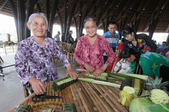 Các nghệ nhân tham gia cuộc thi gói bánh tét