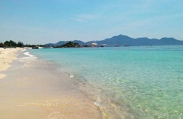 Bãi tắm đúng kiểu biển xanh, cát trắng, nắng vàng của Bình Lập (Ảnh ST)