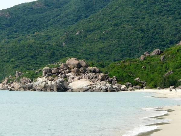 Núi non hùng vỹ bao trùm biển Bãi Tiên thêm phần hoang sơ (Ảnh ST)