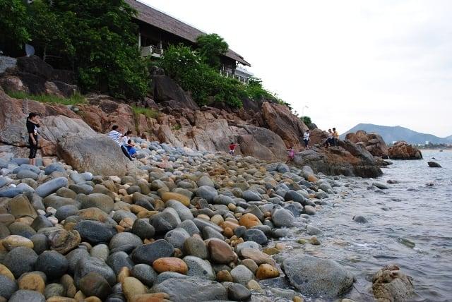 Cảm nhận sư tuyệt vời khi giẫm bàn chân trần lên những viên đá tròn, nhẵn như trứng chim khổng lồ, nằm xếp lên nhau trên bãi biển (Ảnh ST)