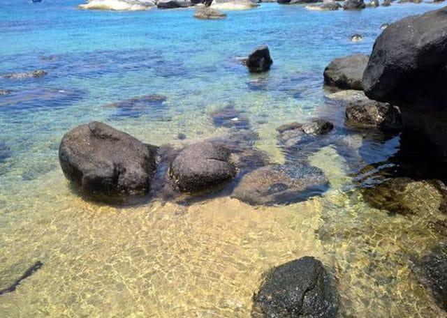 Nước biển xanh trong mát rượi, nhìn được tận đáy (Ảnh ST)