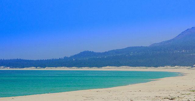 Nơi đây vẫn còn khá hoang sơ với biển xanh trong như ngọc và bãi cát chạy dài hút tầm mắt (Ảnh ST)