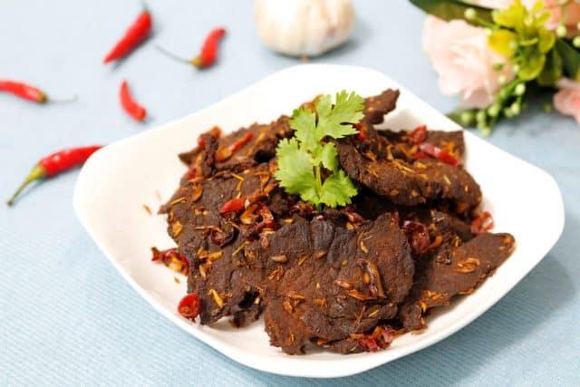 Được chế biến từ bò tươi nguyên chất, lấy từ những thớ thịt ngon nhất để cho ra những món bò khô vô cùng thơm ngon (Ảnh ST)