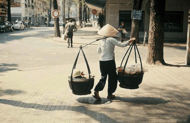 Cánh hàng rong bán chè bưởi Phú Quốc