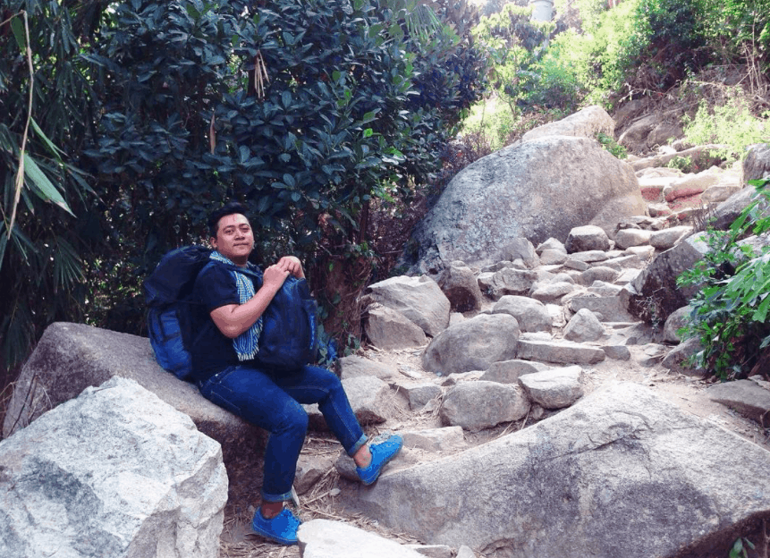 Con đường mòn leo lên đỉnh núi Cấm