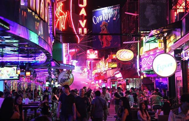 Những quán bar, câu lạc bộ đêm với ánh đèn neon sặc sỡ thu hút du khách (Ảnh ST)