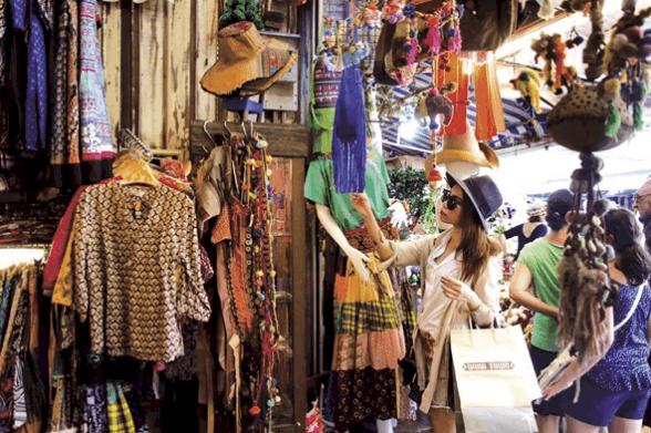 Khách du lịch vô cùng thích thú khi tới khu chợ (Ảnh ST)