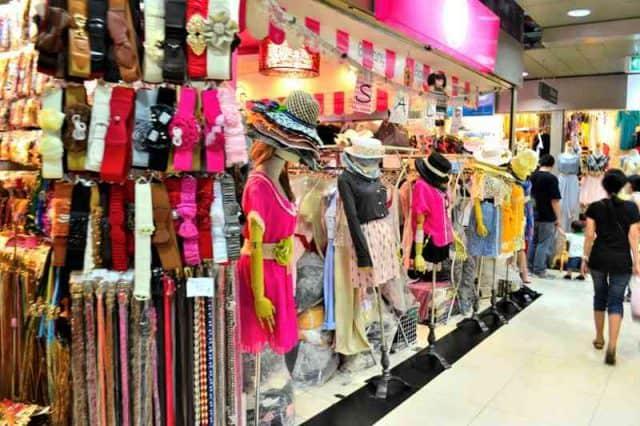 Những gian hàng thời trang được bầy bán trong chợ (Ảnh ST)