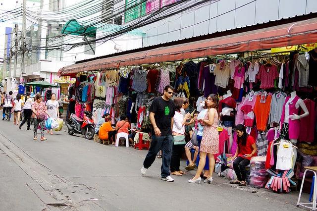 Rất nhiều quần áo được bán trong chợ (Ảnh ST)