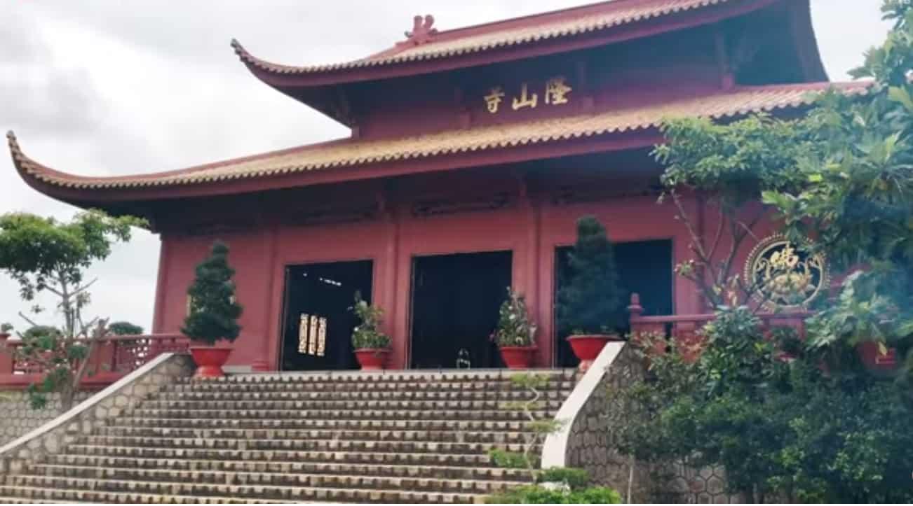 Tham quan chùa Long Sơn trên núi Sam