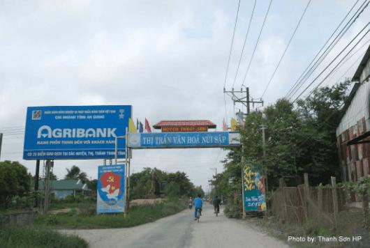 Cổng chào thị trấn văn hóa núi Sập