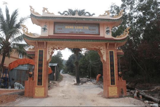 Cổng tam quan vào chùa Sư Muôn