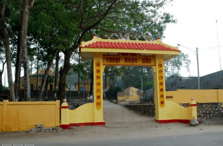 Cổng vào đền thờ Thoại Ngọc Hầu