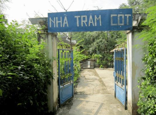 Cổng vào nhà cổ Trăm Cột