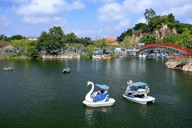 Đạp vịt trên hồ Ông Thoại
