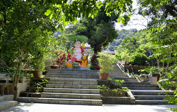 Để lên chùa Sư Muôn du khách cần phải leo lên 60 bậc đá