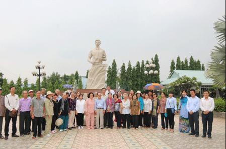 Hình ảnh du khách tới viếng thăm tượng đài Nguyễn Thái Bình