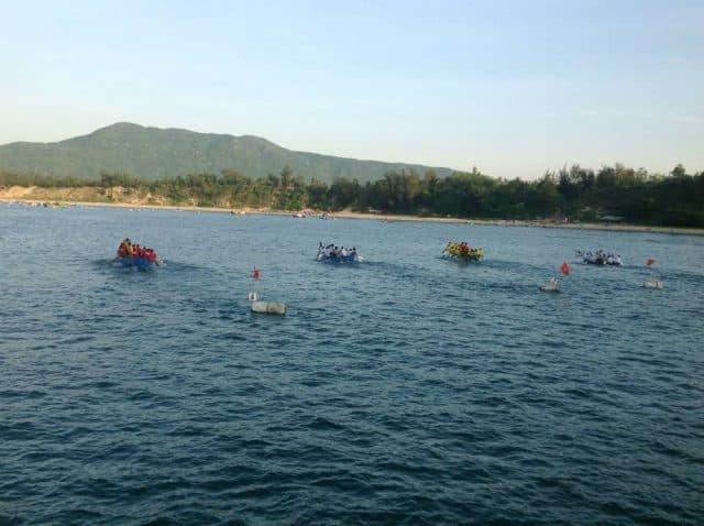 Trò đua thuyền diễn ra ở lễ hội cầu ngư (Ảnh ST)