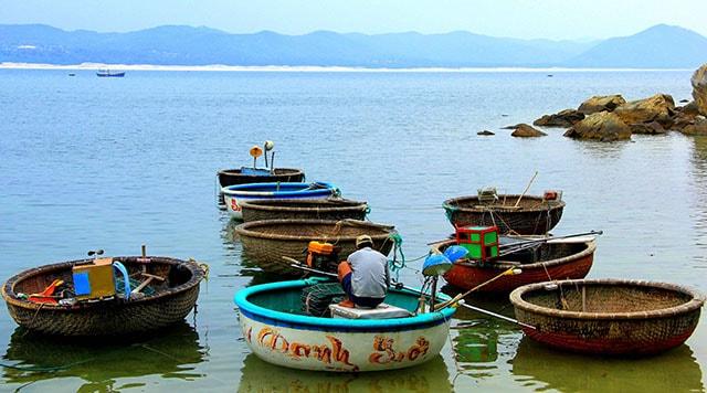 Người dân địa phương đánh bắt cá, tôm chủ yếu bằng thuyền thúng và ghe nhỏ (Ảnh ST)