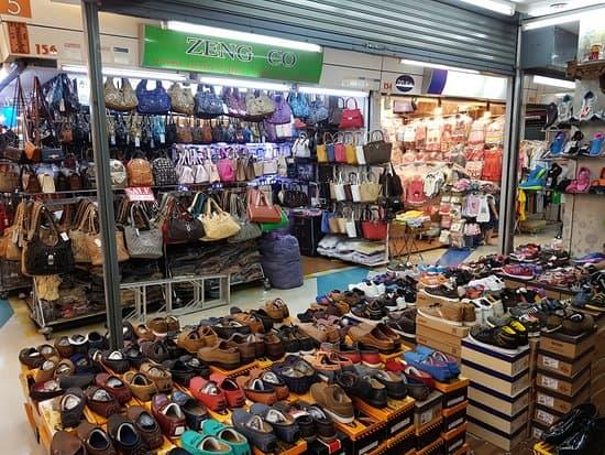 Giày dép cũng là một mặt hàng bán rất chạy trong chợ (Ảnh ST)