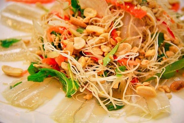 Món gỏi cá ngon phải có vị chua dịu của chanh, cay từ ớt, ngọt tự nhiên nhờ cá kết hợp với hương vị mắm đặc trưng trong nước mắm (Ảnh ST)