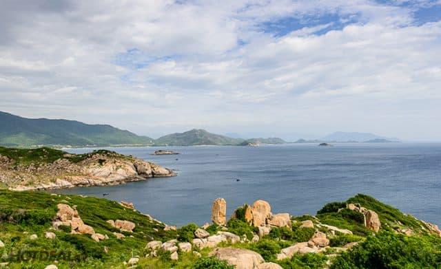 Cảnh biển Bình Hưng nhìn từ ngọn hải đăng (Ảnh ST)