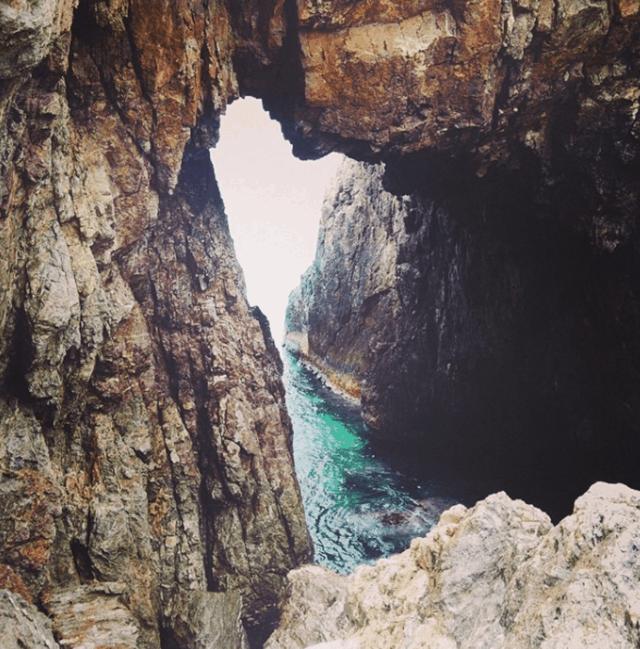 Hang núi đá nối liền ra biển (Ảnh ST)