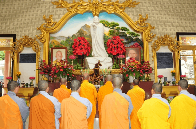 Hình ảnh Chu Tôn đức dâng hương đảnh lễ