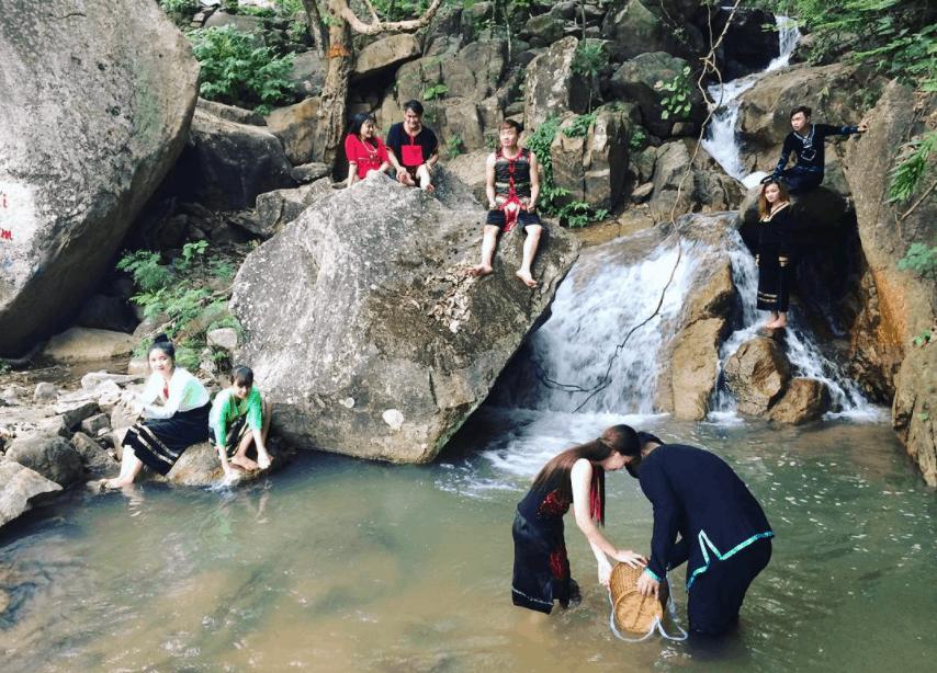 Hình ảnh các cô gái đi lấy nước tại suối Thanh Long