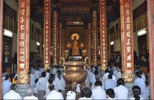 Hình ảnh các phật tử tới thờ cúng tại chùa Kim Cang